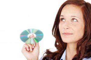 lächelnde frau mit einer CD